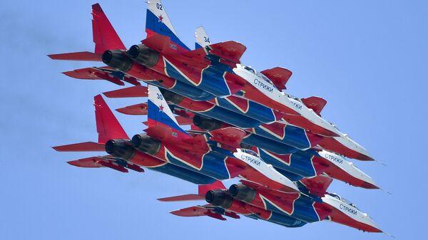 Los aviones MiG-29 del equipo acrobático Strizhi (archivo) - Sputnik Mundo