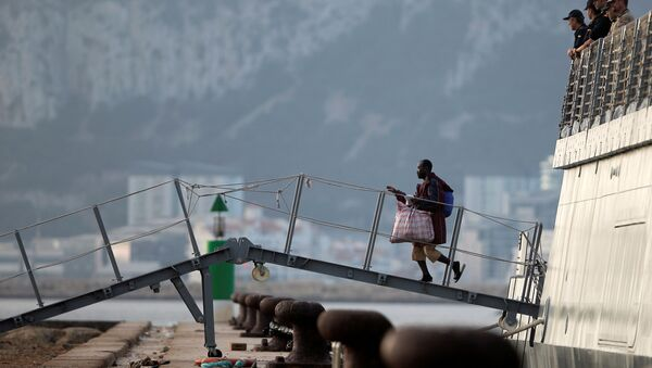 Los migrantes bajan a la tierra española - Sputnik Mundo