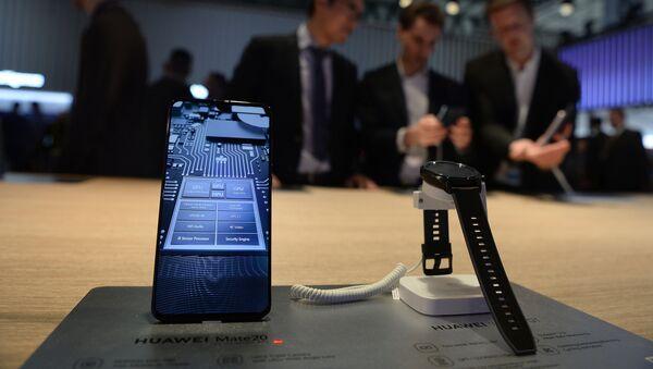 Huawei Mate20 y Huawei Watch GT (archivo) - Sputnik Mundo