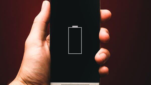 Un teléfono inteligente sin batería (imagen referencial) - Sputnik Mundo