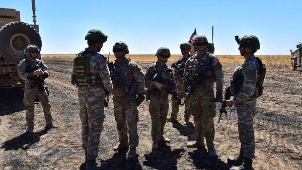 Militares turcos y estadounidenses en el primer patrullaje terreste de la zona de seguridad en Siria - Sputnik Mundo