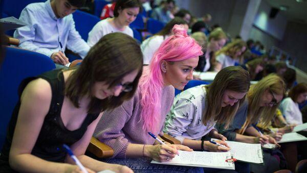 Una prueba de escribir en Moscú (Rusia), imagen referencial - Sputnik Mundo