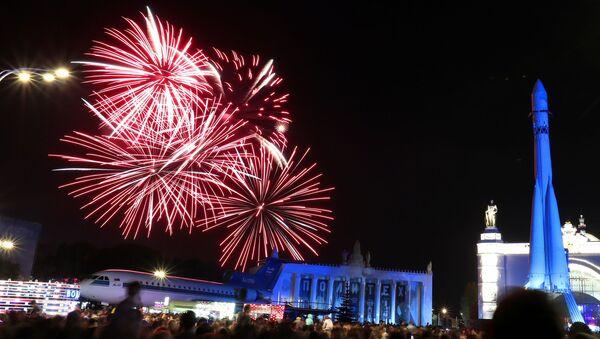 Espectáculo de fuegos artificiales en Moscú - Sputnik Mundo