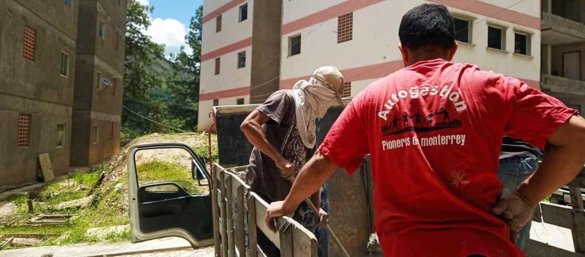 Descarga de cemento en la jornada de trabajo colectivo en la Nueva Comunidad Socialista Monterrey, Caracas, Venezuela - Sputnik Mundo, 1920, 09.09.2019