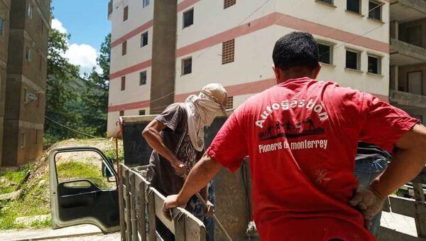Descarga de cemento en la jornada de trabajo colectivo en la Nueva Comunidad Socialista Monterrey, Caracas, Venezuela - Sputnik Mundo