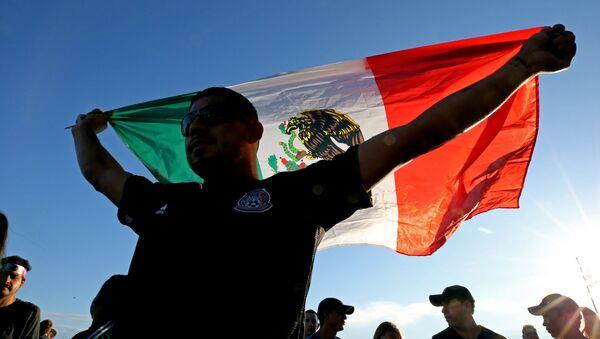 Un hombre con la bandera de México - Sputnik Mundo
