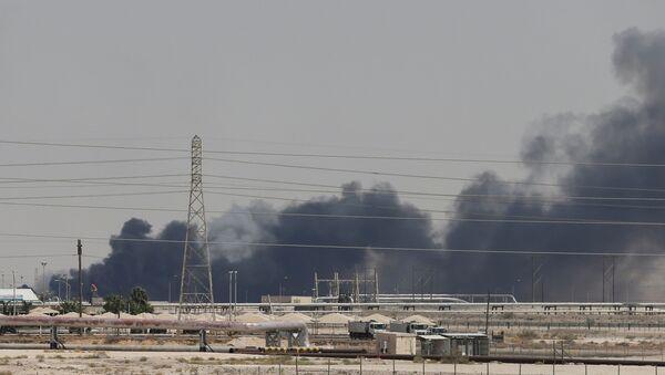 El humo en las refinerias saudíes Aramco tras el ataque con drones (archivo) - Sputnik Mundo