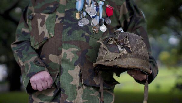 El veterano de la Guerra de las Malvinas muestra su casco dañado en el campo de batalla - Sputnik Mundo