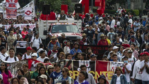 Asistentes a la manifestación en ciudad de México por los cinco años de la desaparición forzada de los 43 estudiantes de la normal rural de Ayotzinapa en el anti-monumento que recuerdo este crimen.  - Sputnik Mundo