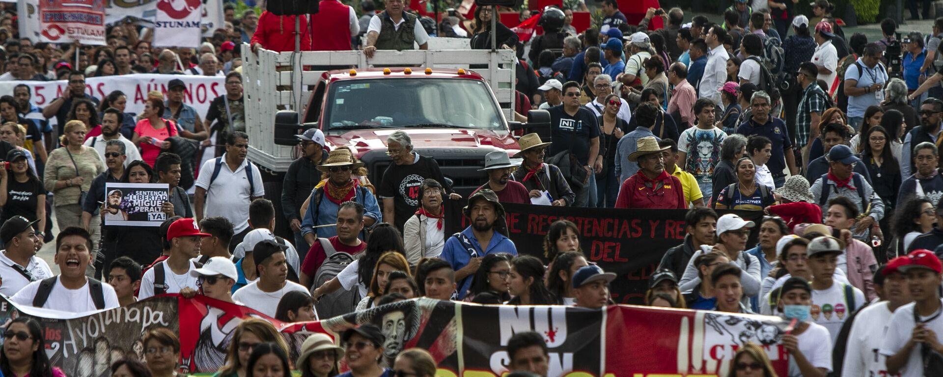 Asistentes a la manifestación en ciudad de México por los cinco años de la desaparición forzada de los 43 estudiantes de la normal rural de Ayotzinapa en el anti-monumento que recuerdo este crimen.  - Sputnik Mundo, 1920, 02.07.2020