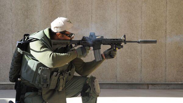 Un agente de SWAT dispara con un AR-15 - Sputnik Mundo