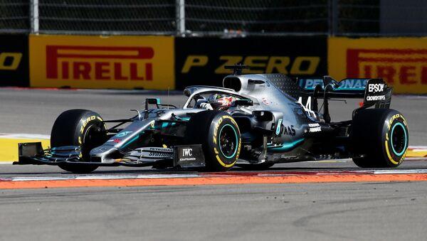El Mercedes de Lewis Hamilton durante el GP de Sochi - Sputnik Mundo