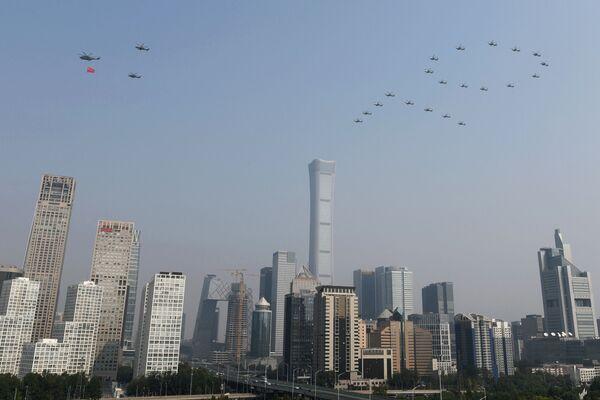 Военные вертолеты на военном параде в честь 70-летия образования КНР в Пекине  - Sputnik Mundo