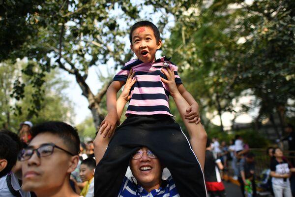 Зрители военного парада в честь 70-летия образования КНР в Пекине  - Sputnik Mundo
