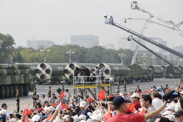 Журналисты фотографируют ракеты DF-41 и DF-5B на военном параде в честь 70-летия образования КНР в Пекине  - Sputnik Mundo