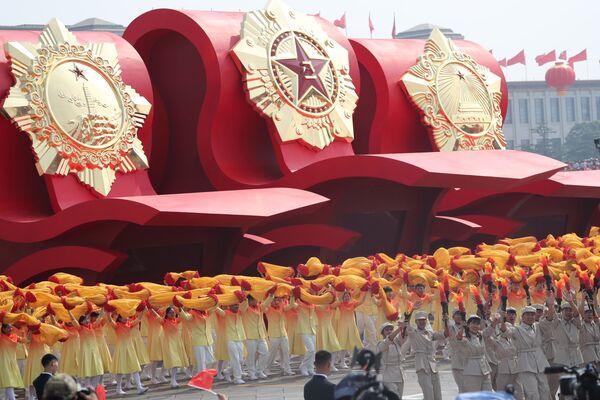Участники военного парада в честь 70-летия образования КНР в Пекине  - Sputnik Mundo
