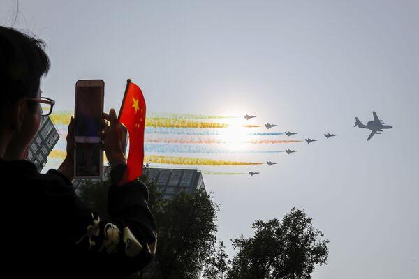 Фотографирование авиации на военном параде в честь 70-летия образования КНР в Пекине - Sputnik Mundo
