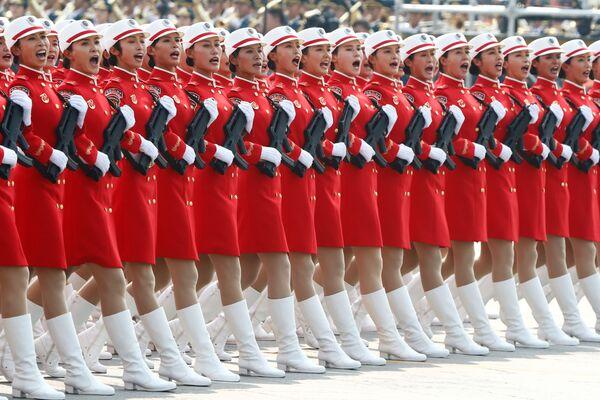 Солдаты армии Китая на военном параде в честь 70-летия образования КНР в Пекине - Sputnik Mundo