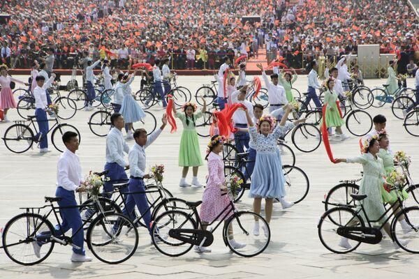 Артисты на военном параде в честь 70-летия образования КНР в Пекине - Sputnik Mundo