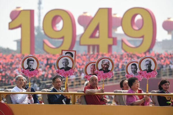 Родственники революционеров-мучеников на военном параде в честь 70-летия образования КНР в Пекине - Sputnik Mundo