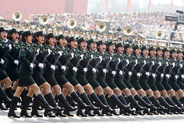 Soldados marchan durante el 70 aniversario del nacimiento de la República Popular China - Sputnik Mundo