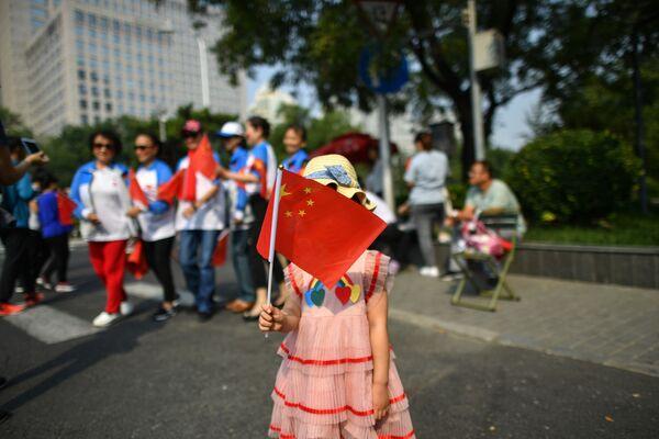Девочка с китайским флагом на военном параде в честь 70-летия образования КНР в Пекине - Sputnik Mundo
