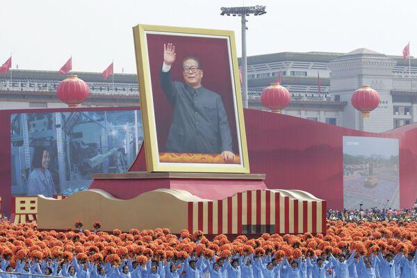 Артисты с портретом бывшего Генерального секретаря ЦК КПК Цзяна Цзэминя на военном параде в честь 70-летия образования КНР в Пекине - Sputnik Mundo