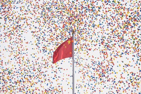 Запуск шаров в конце военного парада в честь 70-летия образования КНР в Пекине  - Sputnik Mundo