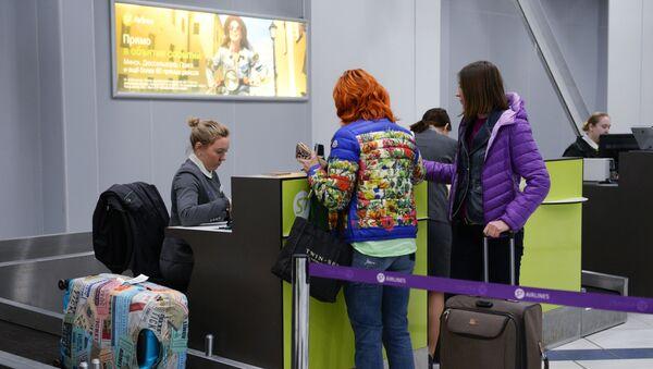 Mostradores para facturación de equipajes en un aeropuerto - Sputnik Mundo