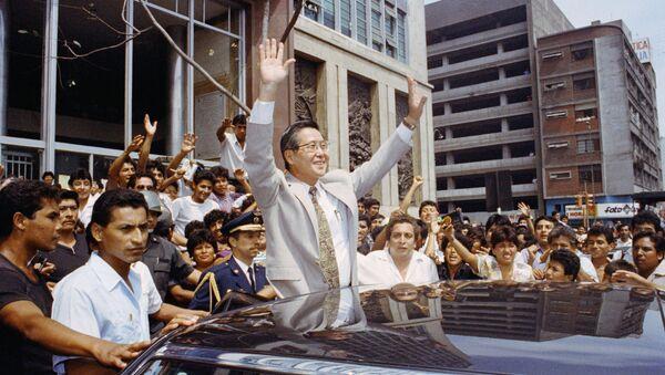 El expresidente peruano Alberto Fujimori celebrando luego de la disolución del Congreso en 1992 - Sputnik Mundo