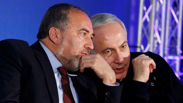 El primer ministro israelí en funciones Benjamín Netanyahu con Avigdor Lieberman - Sputnik Mundo
