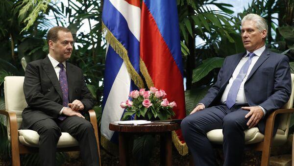 El encuentro del primer ministro ruso, Dmitri Medvédev y el presidente de Cuba, Miguel Díaz-Canel  - Sputnik Mundo