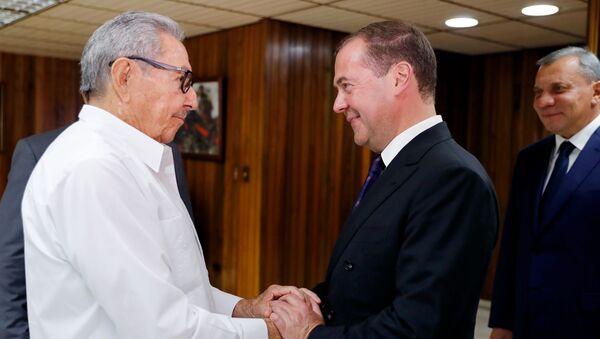 Raúl Castro, expresidente cubano, y primer ministro de Rusia, Dmitri Medvédev - Sputnik Mundo