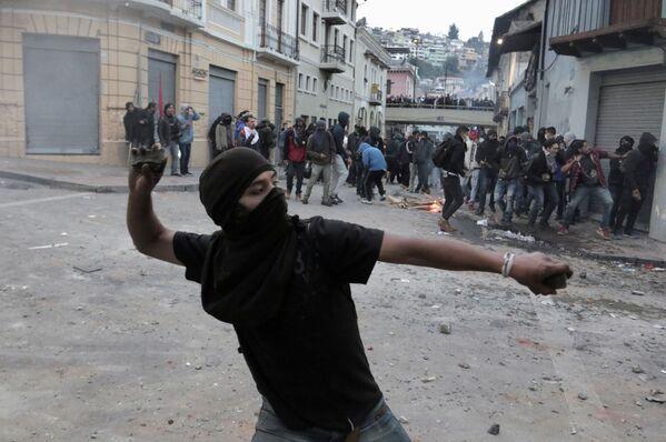 Demonstrators clash with riot police during protests in Quito, Ecuador - Sputnik Mundo