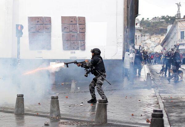 Riot police clash with demonstrators during protests in Quito, Ecuador October 3, 2019 - Sputnik Mundo