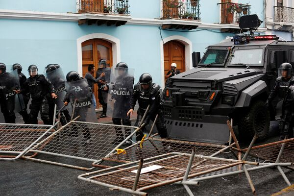 Riot police move barricades set up by demonstrators during a protest in Quito, Ecuador - Sputnik Mundo