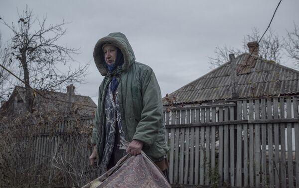 Eva Melnichuk, residente del pueblo de Sakhanka, región de Donetsk (foto de la serie Zona Gris) - Sputnik Mundo