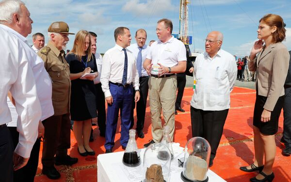 El primer ministro ruso, Dmitri Medvédev, en la perforación de un pozo horizontal en Cuba - Sputnik Mundo