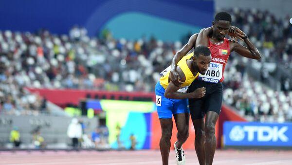 Los atletas Jonathan Busby, de Aruba, y Braima Dabó, de Guinea Bissau, durante el Campeonato Mundial de Atletismo de Doha en 2019  - Sputnik Mundo