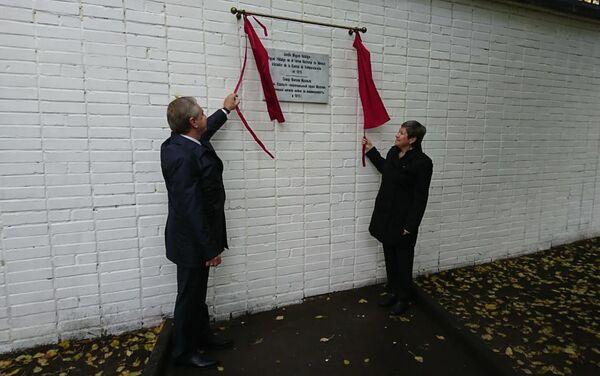 Norma Pensado  junto a Serguéi Cheriómin, revelando la placa en honor de Miguel Hidalgo y Costilla - Sputnik Mundo