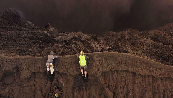 Un fotógrafo sube a un volcán en erupción para registrar las mejores imágenes - Sputnik Mundo