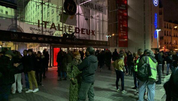 Activistas de Extinction Rebellion, apoyados por los 'chalecos amarillos', en el centro comercial Italia 2 en París, Francia - Sputnik Mundo