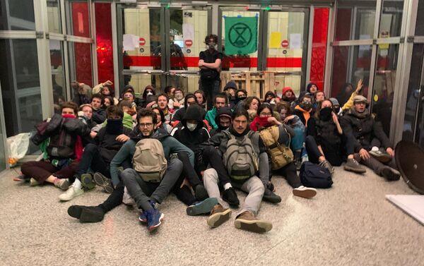 Activistas de Extinction Rebellion en el centro comercial Italia 2 en París, Francia - Sputnik Mundo