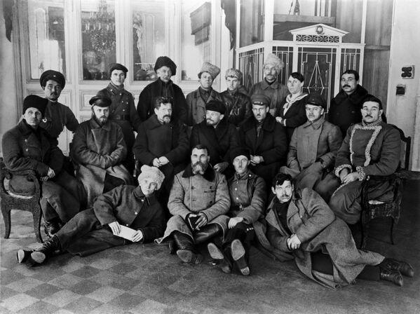 Los líderes soviéticos Vladímir Lenin y Mijaíl Kalinin junto a participantes del Congreso Panruso de los Cosacos Trabajadores - Sputnik Mundo