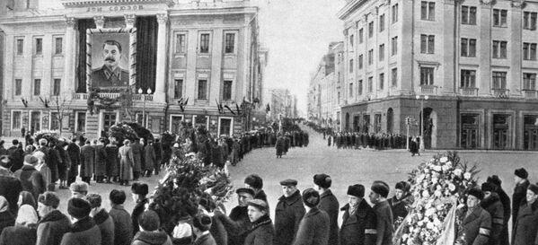 Cola para entrar a la Casa de los Sindicatos a dar el último adiós al líder soviético Iósif Stalin - Sputnik Mundo