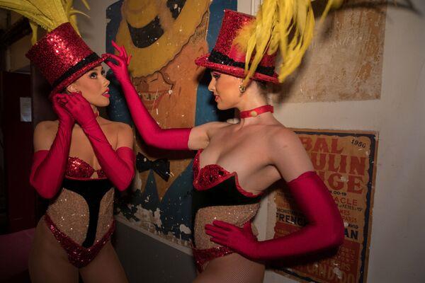 Танцовщицы Мулер Руж Кортни и Лейси перед выходом на сцену - Sputnik Mundo