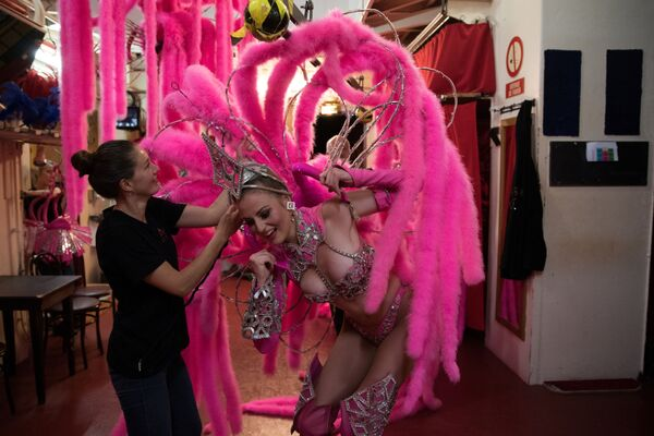 Танцовщица  Мулен Руж  Меган переодевается перед выходом на сцену  - Sputnik Mundo