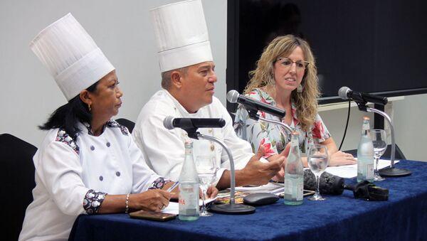Chef Eddy Fernández (centro) y Maité Artieda, directora de Comunicación y Relaciones Públicas de Meliá Hotels (derecha) - Sputnik Mundo