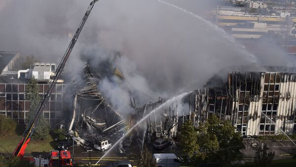 Los equipos de bomberos tratan de sofocar un incendio en Villeurbanne - Sputnik Mundo
