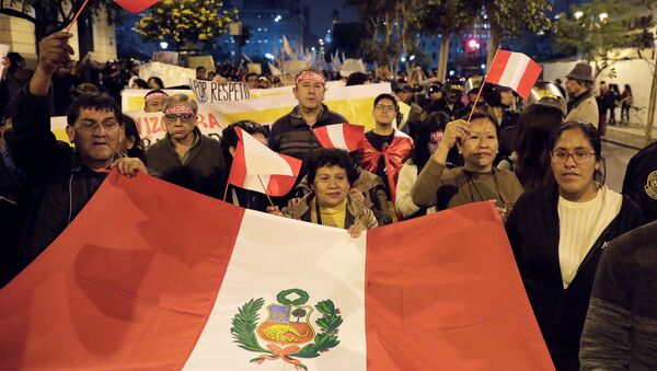 El pueblo se manifiesta para apoyar al presidente de Perú, Martín Vizcarra, después de que disolviera el Congreso - Sputnik Mundo